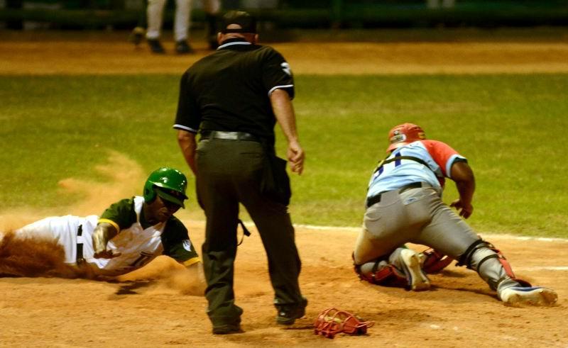 Jugada en home, durante el quinto juego del play off final de la 55 Serie Nacional de Béisbol entre los equipos Los Tigres de Ciego de Ávila y los Vegueros de Pinar del Río, en el estadio Capitán San Luis, en la capital pinareña, el 12 de abril de 2016. ACN FOTO/Marcelino VÁZQUEZ