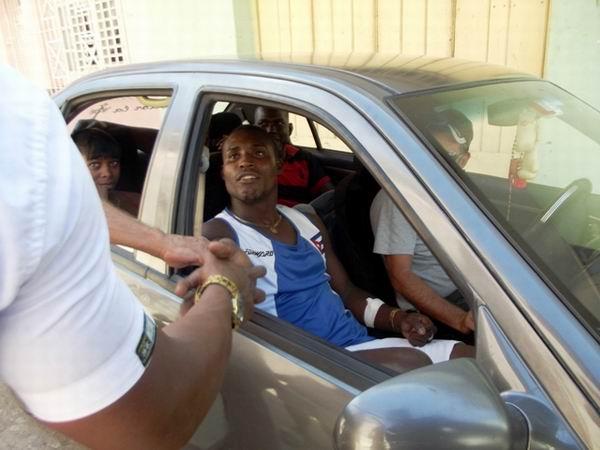 Apenas puede avanzar el carro donde va Julio C�sar la Cruz, todos lo detienen para saludarlo. Foto:Miozotis Fabelo