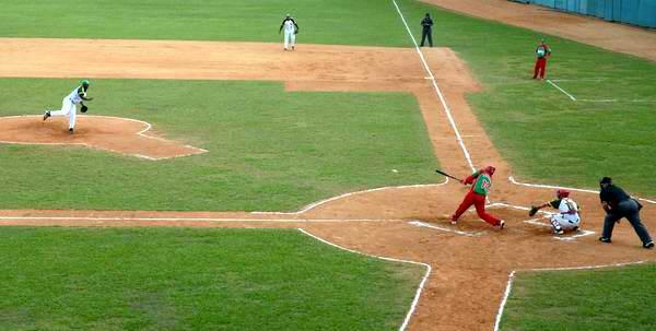 Segundo desafío, entre los equipos de béisbol de Pinar del Río y Las tunas realizado en el estadio Capitán San Luís de Pinar del Río, Cuba, el 28 de noviembre de 2012. Foto: Abel Padrón/AIN