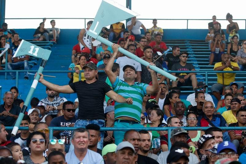 Aficionados de Las Tunas reaccionan durante el tercer juego entre Leones de Industriales y Leñadores de Las Tunas. Foto: Calixto N. Llanes