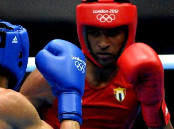 El boxeador cubano Lázaro Álvarez (de rojo), división 56 Kg, venció al brasileño Robenilson Viera, en los XXX Juegos Olímpicos de Londres, en el ExCel Center Arena 2 Sur, en Inglaterra, el 5 de agosto de 2012 y asegura la primera presea de bronce para Cuba en el boxeo Olímpico. AIN FOTO/Marcelino VAZQUEZ HERNANDEZ