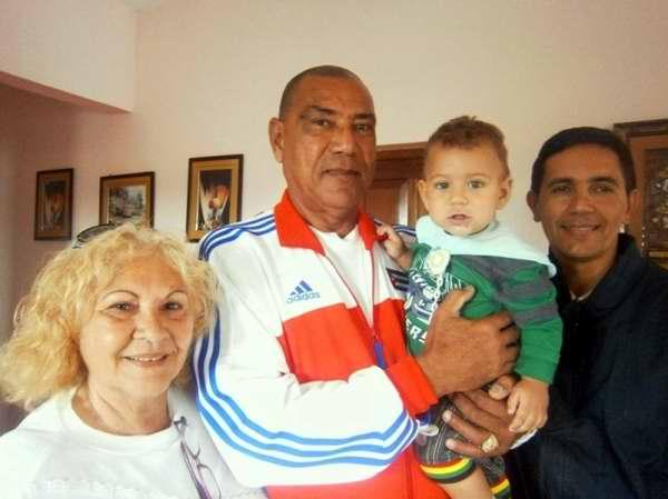 Muñoz con el hijo pequeño acompañado de los periodistas Mireya Ojeda (Radio Rebelde) y Julio Martínez Molina (Granma)