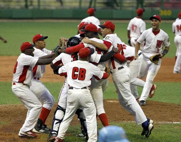Matanzas celebra al terminar la barrida a Sanctis Spiritus en la semifinal de la pelota cubana. Foto: Ismael Francisco.