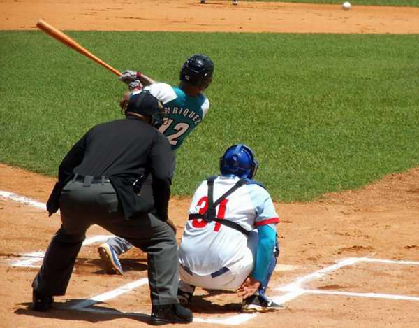 """Michel Enriquez, """"rey"""" de los dobletes en la pelota cubana, conectó agrandó su registro a 415. Foto: Yirsandy Rodríguez Hernández"""