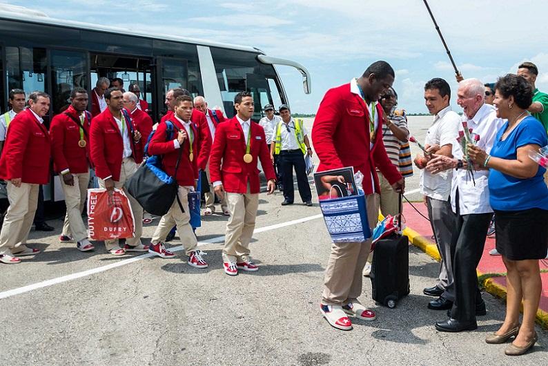 Atletas cubanos regresan de Río con medallas y nuevos sueños