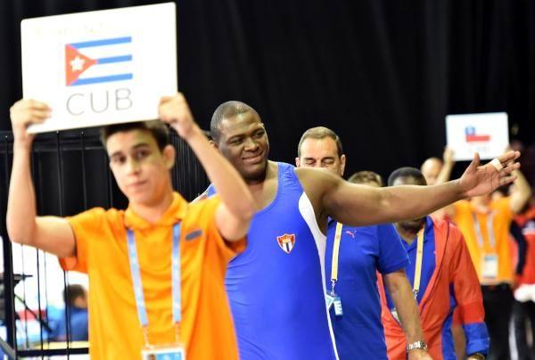 El luchador cubano Mijaíl López (C), logró hoy en el torneo de lucha de los XVII Juegos Panamericanos , su cuarto título, al imponerse en la final de los 130 kilogramos del estilo , en Toronto, Canadá, el 16 de julio de 2015. Foto: Ricardo López Hevia