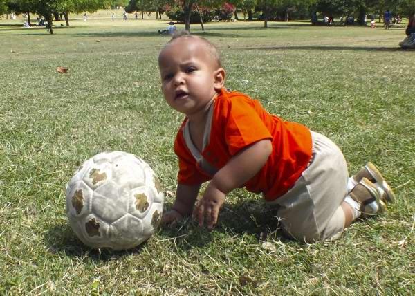 Desde las edades más tempranas disfrutamos de un buen balón en Cuba. Foto Abel Rojas
