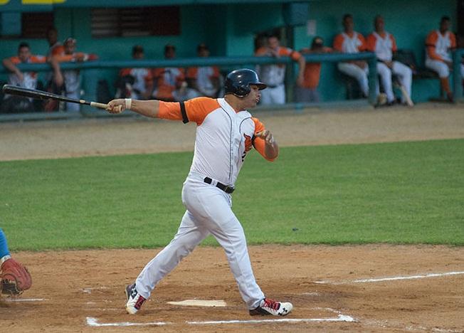 El talentoso inicialista Norel González volvió a decidir para los naranjas, y en el noveno episodio contra Holguín. Foto: Carolina Vilches