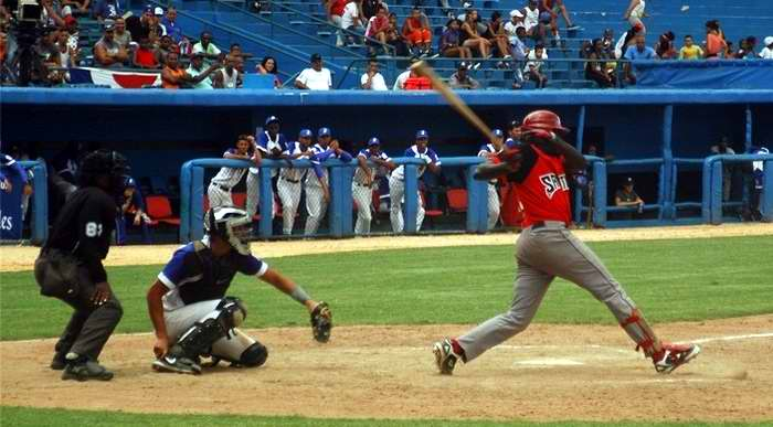 Industriales vs Santiago: La lluvia interrumpió la decisión del clásico beisbolero. Foto: Sergei Montalvo Aróstegui