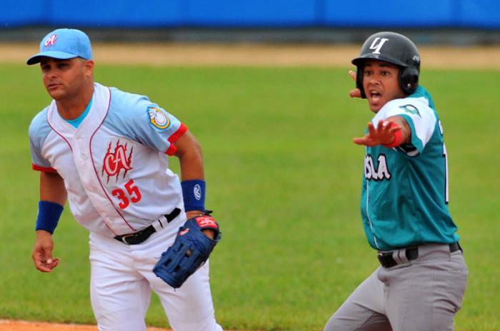Béisbol-55 SN: Villa Clara debuta ganando el doble ante la Isla. Foto: Ricardo López Hevia