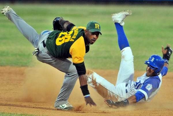 Lourdes Jr. Gourriel es puesto out en segunda base. Foto: Ricardo López Hevia