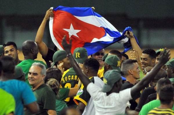 El equipo de Pinar del Río se tituló campeón de la 53 Serie Nacional de Béisbol, tras vencer a la selección de Matanzas, en el estadio Victoria de Girón, el 16 de abril de 2014. Foto: Ricardo López Hevia