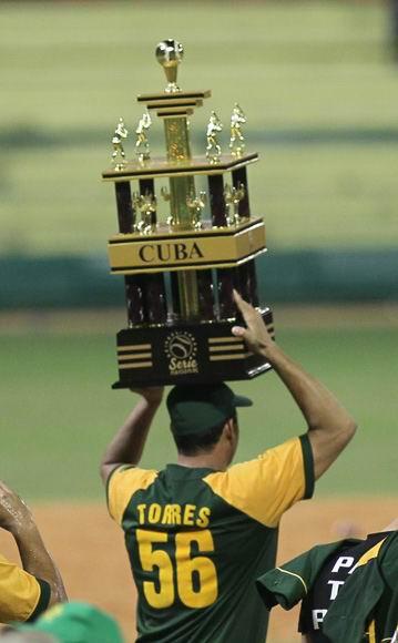 Yosvani Torres, el hombre grande de Pinar del Río, carga el trofeo de Campeones. Foto: Ismael Francisco