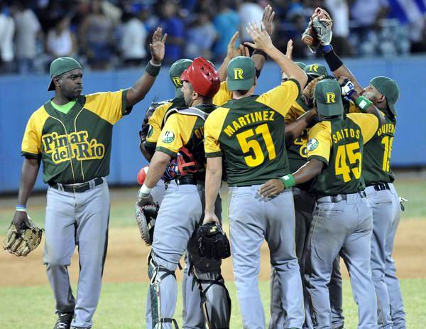 Gana Pinar del Rio quinto juego contra Industriales de la semifinal de la 53 Serie Nacional de Béisbol, en el parque Latinoamericano, en La Habana, el 2 de abril de 2014. Foto. Marcelino Vázquez