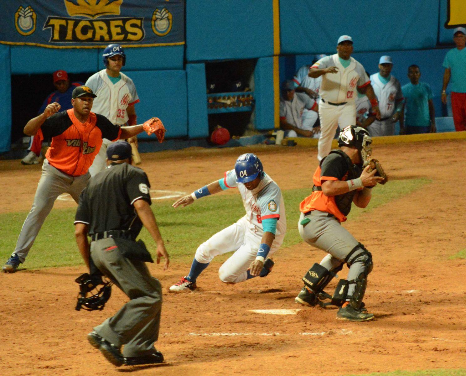 Play Off entre Ciego de Ávila y Villa Clara. 56 Serie Nacional de Béisbol de Cuba. Foto: Osvaldo Gutierrez