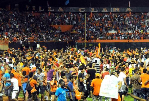 El público de Villa Clara celebra el título de campeón de la 52 Serie Nacional de Béisbol, en el estadio Augusto César Sandino de la ciudad de Santa Clara, el 18 de junio de 2013. AIN FOTO/Marcelino Vázquez
