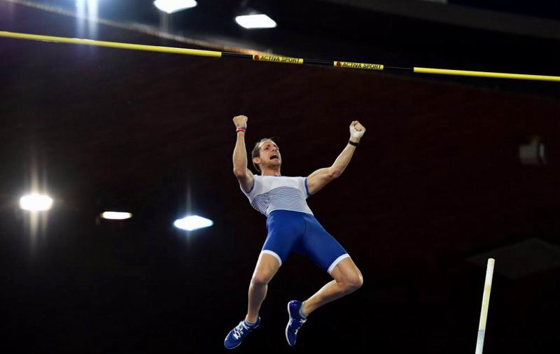 Renaud Lavillenie, durante un salto en la reunión de Zurich. AFP
