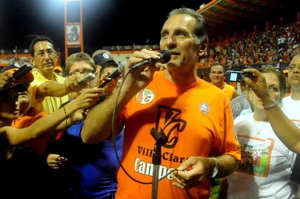René González, les habla a los villaclareños, después de que Villa Clara se coronara campeón de la 52 Serie Nacional de Béisbol, en el estadio Augusto César Sandino, en la ciudad de Santa Clara, el 18 de junio de 2013. AIN FOTO/Marcelino Vázquez