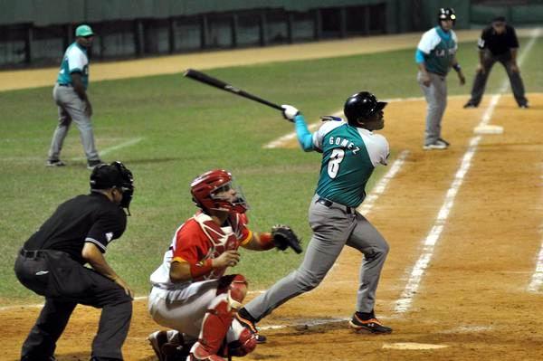 El pinero Rigoberto Gomez (C), decidió el segundo juego de la semifinal entre los Piratas de la Isla de la Juventud y los Cocodrilos de Matanzas, en la 54 Serie Nacional de Béisbol, en el estadio Victoria de Girón, en Matanzas. Foto: Marcelino Vázquez