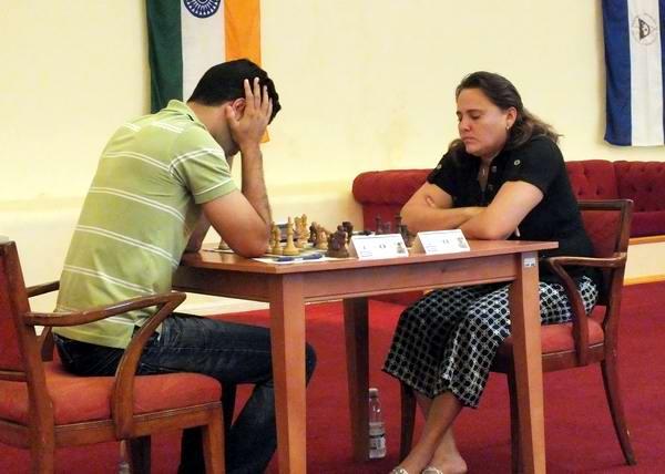 Roberto Carlos Sánchez Álvarez juega con la destacada ajedrecista cubana, Maritza Arribas Robaina, múltiple medallista de oro en la Copa Cuba. Foto Abel Rojas