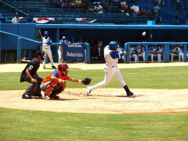 Rudy Reyes cometió dos errores costosos, pero luego, en el cuarto inning se desquitó con un jonrón a lo largo del jardín izquierdo. Foto:  Yirsandy Rodríguez Hernández