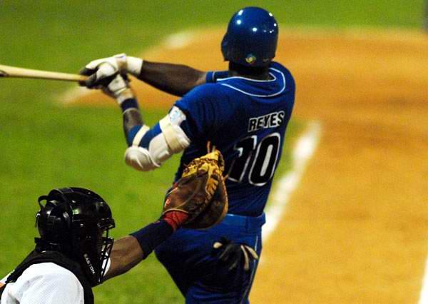 El antesalista Rudy Reyes sobresalió a la ofensiva por los azules. Foto: Juan Moreno.