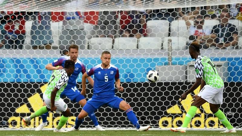 nigeria derrota a islandia y se mantiene con vida