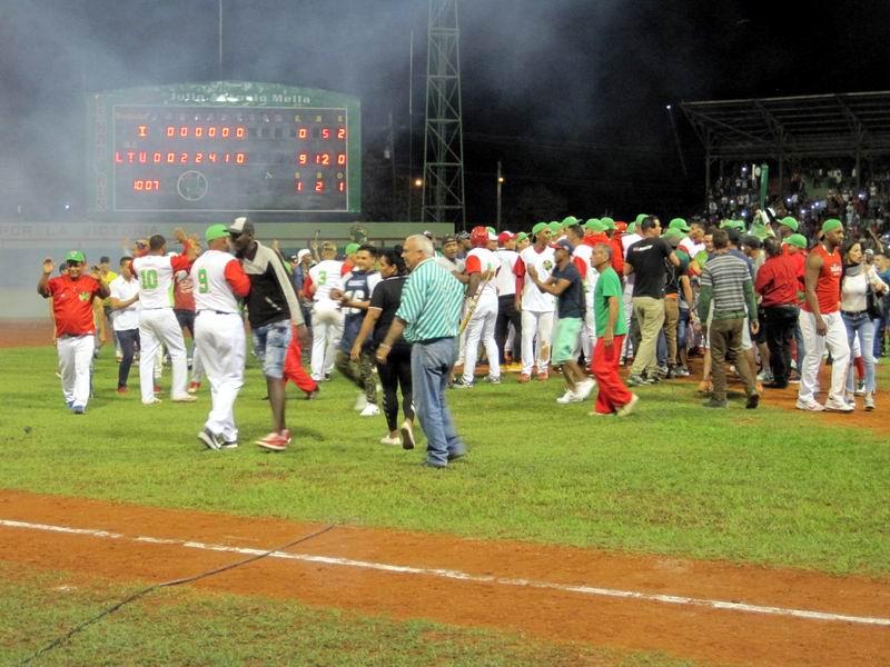 Las Tunas le gana a Industriales y va a la final de béisbol cubano. Foto: Guillermo Rodríguez
