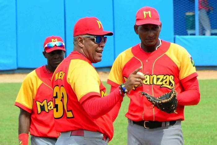 De izquierda a derecha Yasiel Santoya, inicialista, Víctor Mesa, manager del equipo de Matanzas y Yosvany Pérez, lanzador relevista. Foto: Osvaldo Gutiérrez