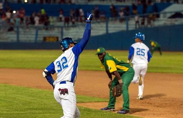 Victor Victor conecta jonron con bases llenas y decide el juego a favor de Industriales frente a Pinar del Río 9x4. Fotos: Ismael Francisco Gonzalez Arceo