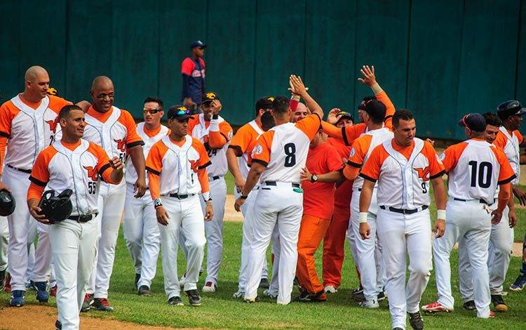 Una escoba naranja limpió el Cándido González. Foto: Carolina Vilches