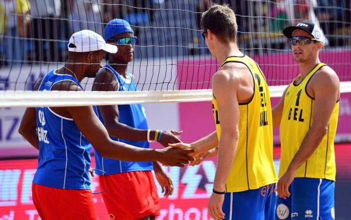 Los cubanos reciben la felicitación del dueto de Bélgica tras ganar su medalla de bronce. Foto: FIVB