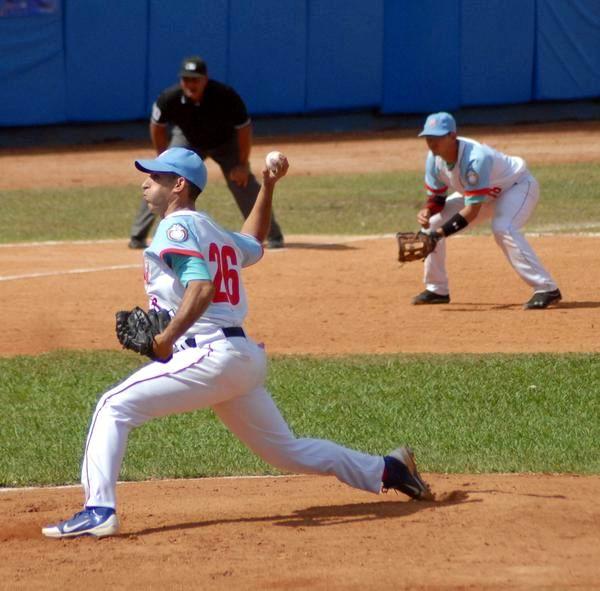 Yander Guevara (I), lanzador avileño ganador ante la selección de Granma, en la semifinal de la 54 Serie Nacional de Béisbol, en Ciego de Ávila, Cuba, el 31 de marzo de 2015. Foto: Oscar Alfonso