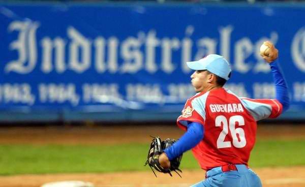 Yander Guevara, en el segundo juego de la gran final de la 51 Serie Nacional de Béisbol, entre los conjuntos de Industriales y Ciego de Ávila, en el estadio Latinoamericano, en La Habana, Cuba, el 22 de mayo de 2012. Foto: Marcelino Vázquez/AIN