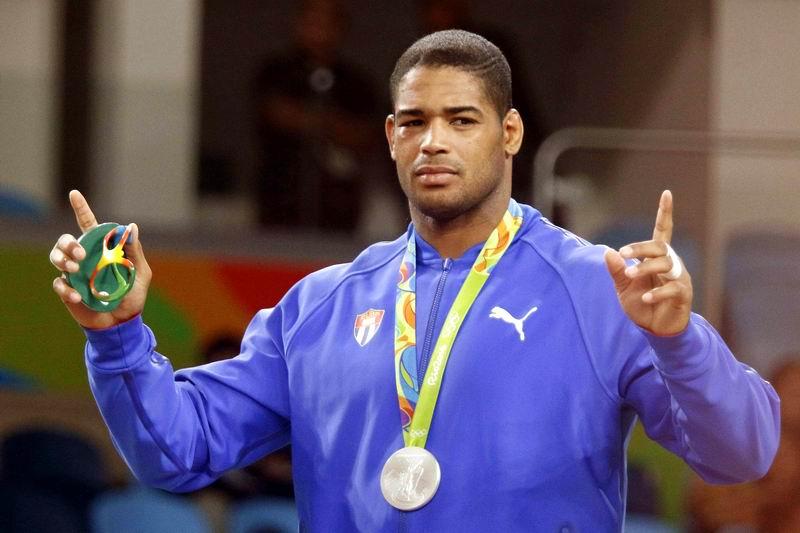 Yasmany Lugo (azul), de Cuba, ganador de la medalla de plata, en la categoría de 98 Kg. de la Lucha Grecorromana de los Juegos Olímpicos de Río de Janeiro, en el Arena Carioca 2, en Barra de Tijuca, Brasil, el 16 de agosto de 2016. ACN FOTO/Roberto MOREJÓN