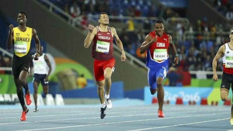 Lescay, de los 400 metros planos, se clasificó tercero en su heat de preliminares y avanzó a las semifinales de esta noche