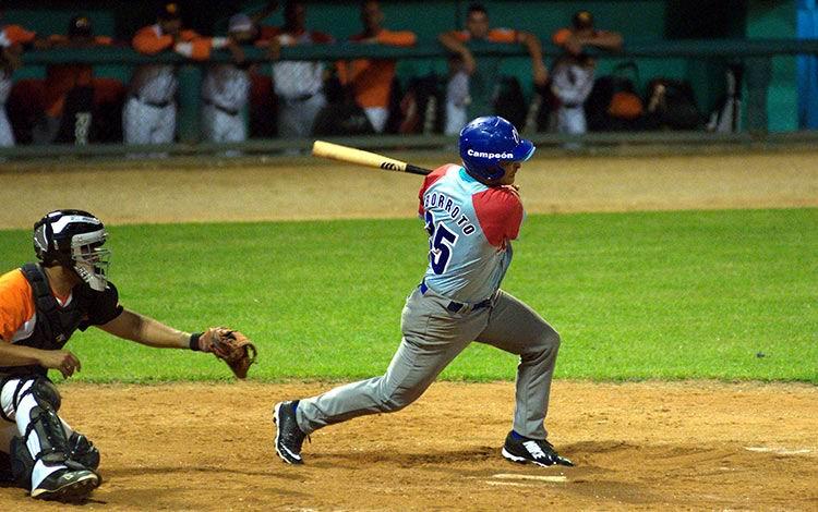 Yorbis Borroto sacudió su sexto vuelacercas y arribó a 30 empujadas en la contienda beisbolera. Foto: Carolina Vilches