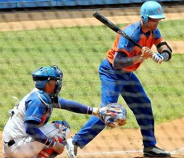 Yunior Paumier le conectó tres hits a los lanzadores azules. Foto: Juan Moreno