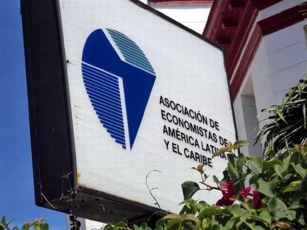 Exponen realidad cubana en cita regional de economistas en Panamá
