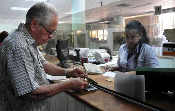 Cuban retirees begin to receive advances on their pensions