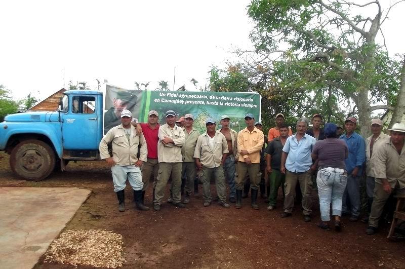 La Brigada de campesinos y trabajadores de Sibanicú que construyó la vivienda de Rigoberto Vento.