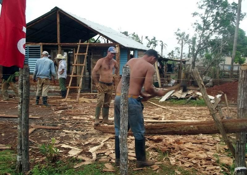 Brigadas del contingente Los Valientes construyen las viviendas en Palma City.