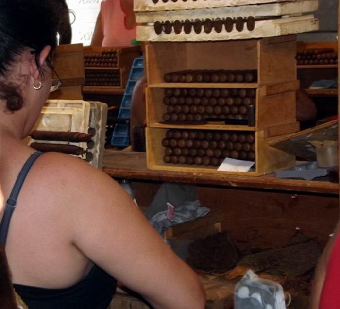 La calidad del tabaco de exportación es reconocida en la Fábrica de Taguasco. Foto: Miozotis Fabelo