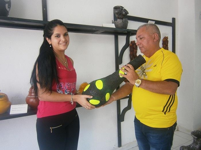 José Luis  y la dependienta Daniela, muestran la cerámica decorativa, que expenden en una tienda minorista
