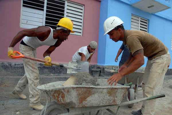 Celebran su d�a constructores cubanos