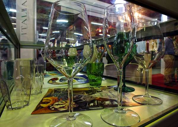 Por su parte Italia ofrece entre sus innovaciones vasos y copas de cristal sintético. Este producto, merecedor de premios internacionales, es resistente a la elevada temperatura y por sus propiedades muy resistentes a las caídas al suelo. Foto Abel Rojas