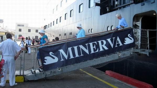 El crucero Minerva que lleva a bordo más de 400 excursionistas ingleses, arribó al puerto santiaguero. Foto: Sergio Martínez