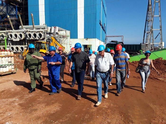 Miguel Díaz-Canel Bermúdez evaluó los trabajos de recuperación en la Central Termoeléctrica Antonio Guiteras, seriamente daña por el huracán Irma. Foto: Ventura de Jesús García