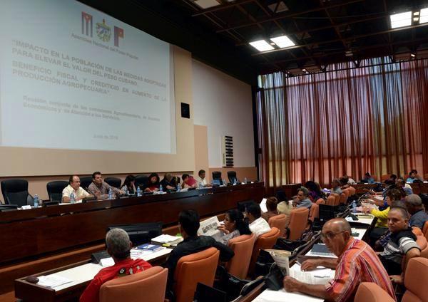 Debaten diputados sobre el desarrollo del turismo en Cuba y otros temas. Foto: Marcelino Vázquez