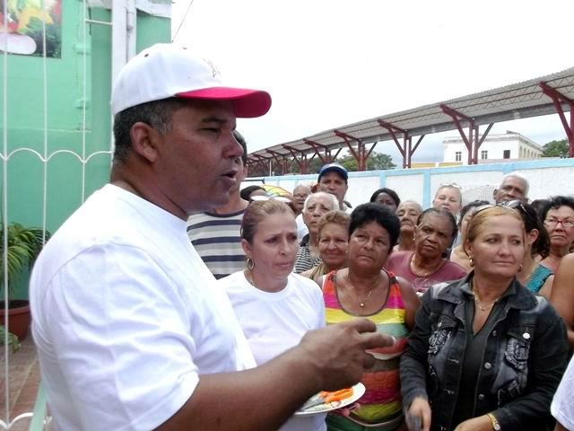 El director de la Empresa de Acopio explica a los vecinos los detalles de la obra que reciben.  Foto: Miozotis Fabelo Pinares